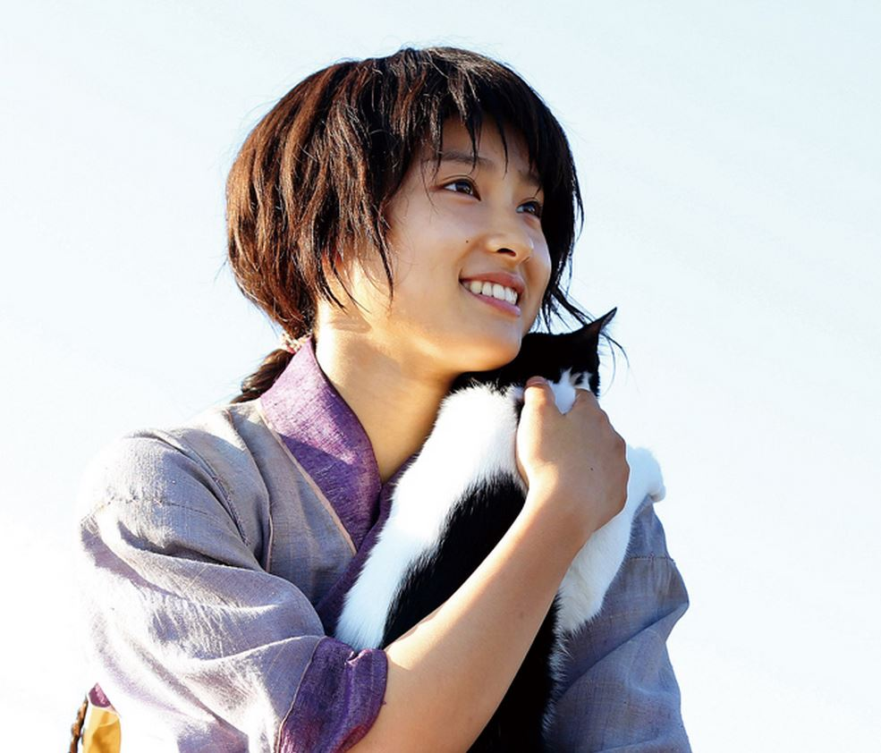 猫を抱っこして優しい笑顔をする土屋太鳳